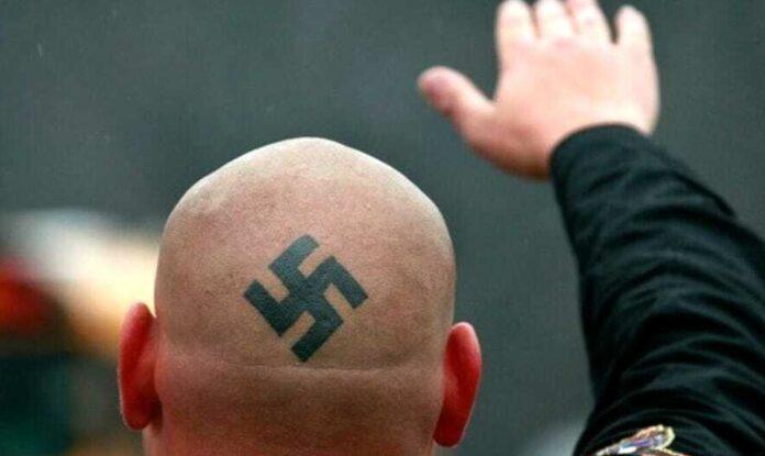 Aosta, simboli nazisti sui cancelli di casa: multato 57enne per propaganda  e istigazione all'odio